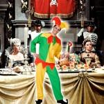 Costume et déguisement de boufon du roi fou arlequin coloré multicolore clown