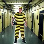 costume et deguisement de prisonnier dalton noir et jaune