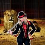 costume et deguisement de dompteuse de lion noir et rouge