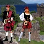 Costume et déguisement de loch ness ecosse ecossais ecossaise kilt noit rouge blanc jupe a carreaux cornemuse